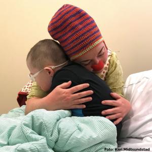 Sykehusklovnene Cirka Sånn Omtrent trøster liten gutt
